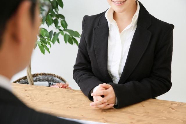 女性銀行員
