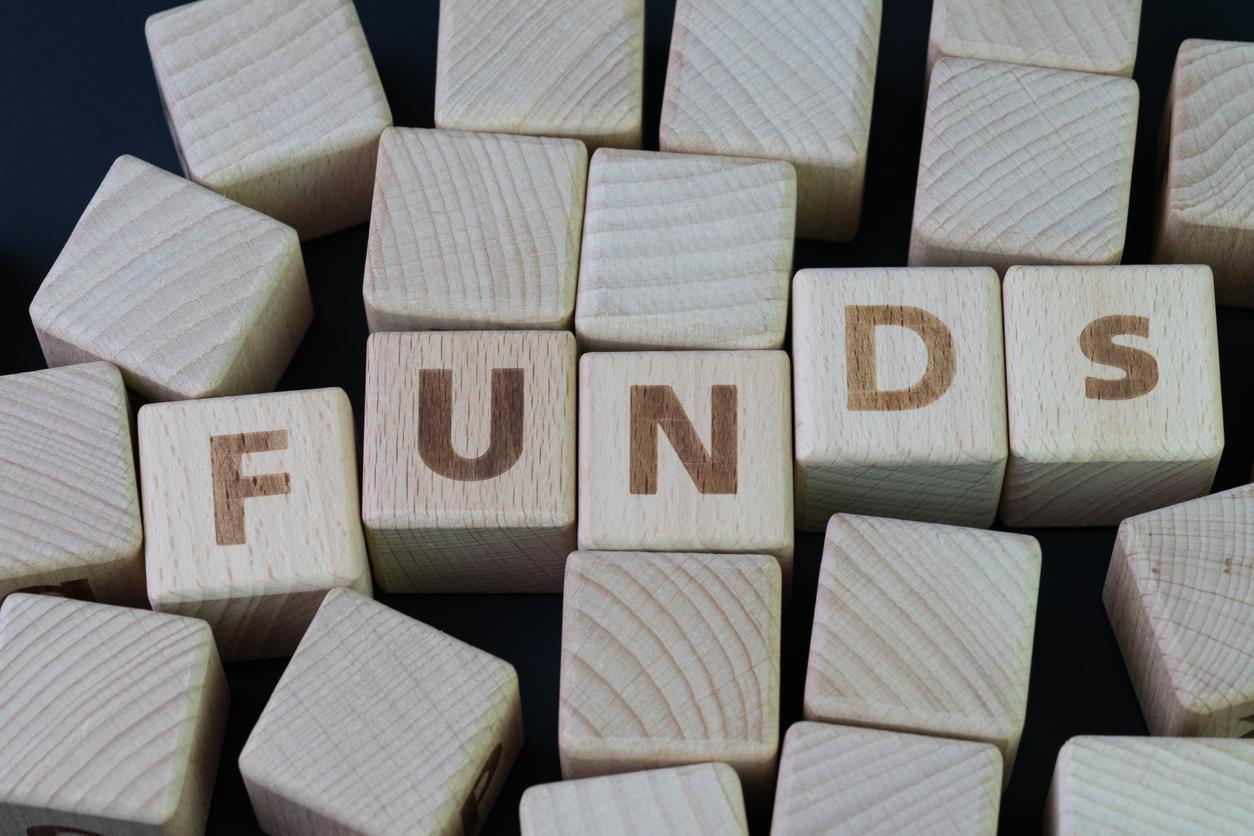こんにちは!ひろこです。教育資金の貯め方についてよく質問をいただくので選択肢として考えられる預金、学資保険、投資信託で特徴をまとめてみました。始められるお子様の年齢や世帯年収などのライフプランとも密接に関わってくるのでこれだけやっておけば良い。というものはありません。なのでまずはこの記事でそれぞれの商品の特徴を押さえ、今後ブログで紹介していく他の人の事例も合わせて見ていくことでイメージがわくと思います!教育資金の貯め方に関するアンケート結果教育資金ってみなさんどのように貯めているのでしょうか?ネットで調べてみたところ、2つのアンケート結果が出てきました。以下は高校生以下の子どもの親748名へのアンケート結果です。子どもの教育資金に関する調査2018より銀行預金と学資保険で大半を占めていますね。大学生の親を対象にしたアンケート結果も同様の配分でした。私の教育資金について母に尋ねたところ「学資保険で貯めたわよ〜」と答えたが返ってきました。「お祝い金もあるし〜」っていうので周囲のお友だちも学資保険に入っていたそうです。学資保険のメリット・デメリット学資保険と言っても小中学校、高校入学時にお祝い金と称して学資金が支払われるタイプのものや保険料の払込期間が短いものなど様々です。学資保険のメリットは万一の場合の「保証」親に万一のことがあったときに備えて子どもの教育資金だけはしっかりと払ってあげたい。と思いますよね。学資保険は預金と違い保証が付いています。一般的に、親に万一のことがあった場合、それ以降の保険料の払込みが免除になり、満期学資金やお祝い金を受け取れるというのがメリットです。デメリットは元本割れのリスクがある。死亡保障が付いているので契約内容によってはトータルで支払った金額よりも満期時に受け取る学資金が少ない場合があります。預金とは違い、親に万一のことがあった場合に払った金額以上に学資金がもらえるという保証が付いている分、万一のことが無ければもらう金額も少なくなります。また、預金と比べてもうひとつのデメリットとして自在な積立ができないことも押さえておきたいところです。自分の収入や支出の状況に合わせて毎月の保険料をその都度増やしたり減らしたりすることはできません。お金を貯めるのと保険は切り分けて考えるべき。私は学資保険の加入について相談を受けたときに「お金を貯めるのと保険は切り分けるべき」とお答えしています。例えばあなたに収入があった場合にもしあなたに万一のことがあれば残された家族が最低限の生活をしていけるように備えを考えると思います。それが生命保険ですね。がん保険などもあります。生命保険に入らずに学資保険だけ入るということは無いでしょう。ということは生命保険の保証金(受取る金額)を考える時に教育費も見込めば良いのです。また、その際に気をつけた方が良いのが生命保険は掛け捨ての方が割安であるということです。保険の仕組みを使って積立で運用しようとすると保険に組み込まれた高いコストを負担することになるからです。繰り返しになりますが、お金を貯めるのと保険は切り分けて考えるべきです。学資保険はお金を貯めるのに向かない。親に万一のことがあった場合の保証は掛け捨ての生命保険が割安なのはわかった。でも、将来に備えてお金を貯めておかないといきなり何百万もの大金を支払えませんよね。でもその選択肢として学資保険はおすすめできません。論より証拠ではないですが、学資保険の一例を見てみましょう。かんぽ生命の商品を元にイメージを作成してみました。18年間でトータル316.2万円を払って満期時にもらえる学資金は300万円です。元本割れしていますね。もう少し他の商品も見てみましょうか。元本割れしないものもあります。日本生命のニッセイ学資保険という商品です。これは学資金300万を一度に受取るのではなく、分割してもらうというものです。こうすることで保険会社は300万を一括して払う必要がないので運用に回すことができるので結果として学資金が多くなる仕組みです。18年間でトータル288.4万円を払って満期時にもらえる学資金の総額は300万円です。支払った金額以上にお金が増えて返ってきていますね!あれ?これの何が悪いの?増えてるんだから良いんじゃないの?って思う人もいるでしょう。学資保険がお金を貯めるのに向かないのは利回りの低さです。ニッセイ学資保険の例だと年平均利回りはなんと0.18%です。一般的な定期預金の利回りが0.01%なのでほんの少し高いぐらいです。投資信託で教育資金を貯めると?投資をこれまでにやったことが無い人は一般的な運用の利回りってわからないですよね。この感覚がないと先ほどの例のように18年間で総額288.4万円積立をして300万円に増えて返ってくるのがとても魅